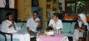 Dari kiri ke kanan, Ibu Duta Besar Enna Viant, penterjemah Daru, Ibu Mary Alice-Waters dan Listyowati Ketua Kalyamitra
