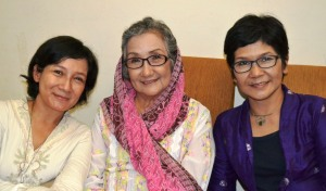 Ibu Endang bersama kedua putrinya kiri Niken dan kanan Atid