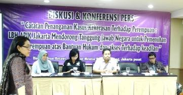 Ratna Batara Munti, Direktur LBH APIK Jakarta (berdiri)